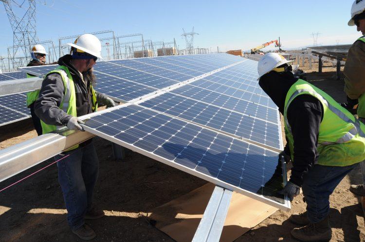 Montagem de painéis solares fotovoltaicos