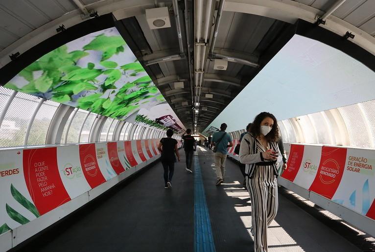 Estação de trem com geração de energia solar